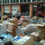 Hasiči připravují darované věci pro nakládku.
