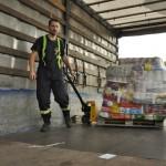 Hasiči nakládají humanitární pomoc do kamionu. Foto: Rostislav Pijáček