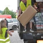 Dobrovolníci vykládají náklad pomoci. Foto: Rostislav Pijáček