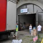 Vykládka druhého kamionu ve skladu organizace ADRA. Foto: Rostislav Pijáček
