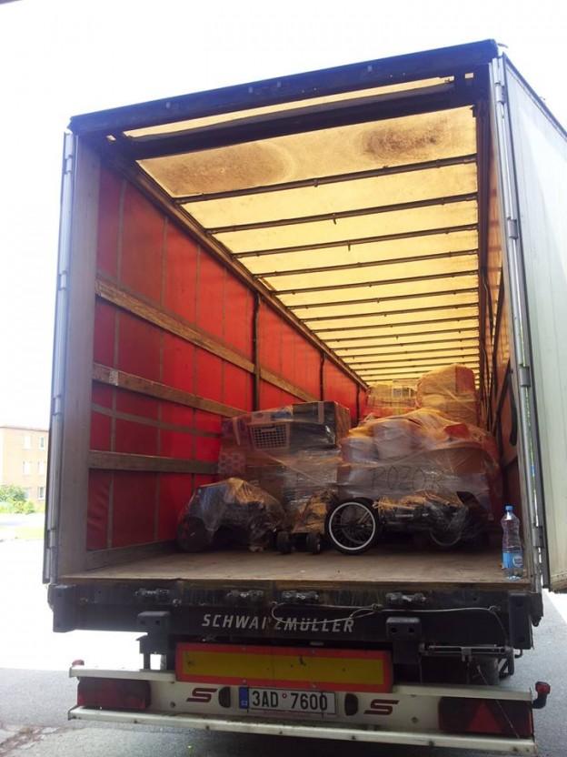 Nakládání druhého kamionu s humanitární pomocí.
