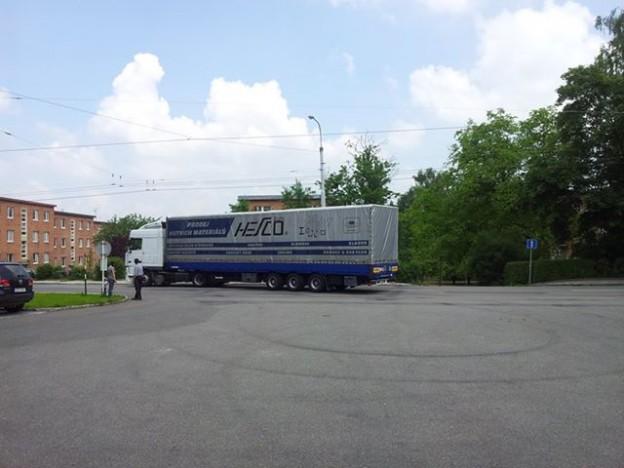 Kamion opouští zlínskou stanici profesionálních hasičů a míří do Velkého Března.