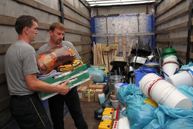 Hasiči nakládají humanitární pomoc.